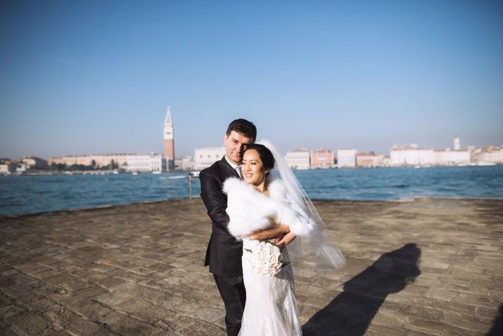 abbraccio sposi piazza san marco