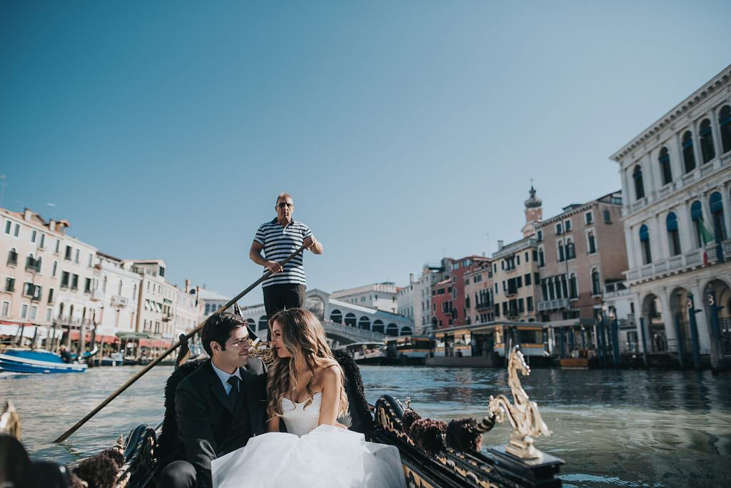 elopement-in-venice rialto bridge gondola